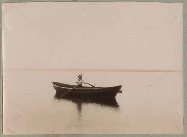 Naine_aerupaadiga_merel_-_A_woman_with_a_rowing_boat_on_sea_(9022836755)